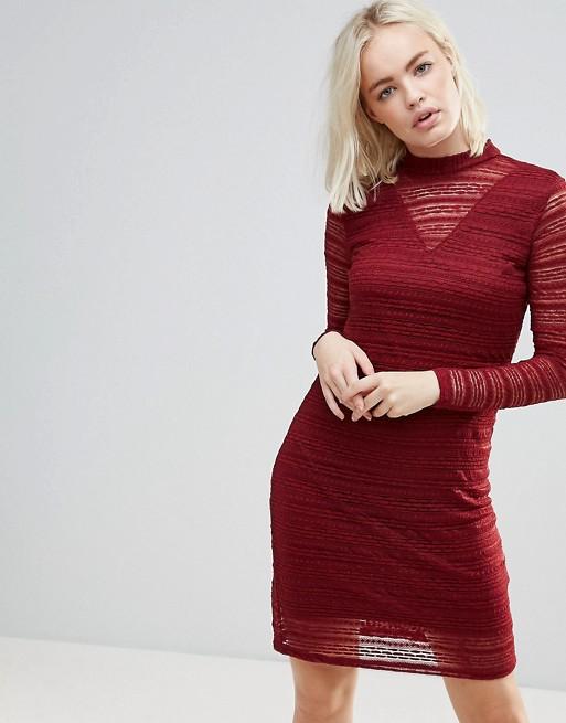 b. Young 酒红色蕾丝连衣裙